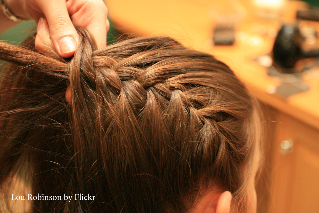 Плетение косички с распущенными волосами