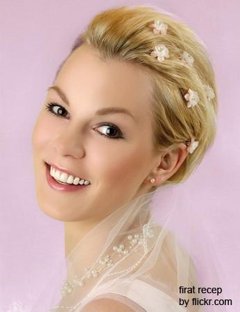 """Объемная """"шапочка"""" из волос может стать украшением невесты с овальным лицом"""