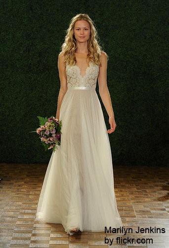 Распущенные локоны, разложенные на плечах, могут стать лучшим украшением невесты