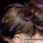 с окрашенными мелками волосами можно делать самые разнообразные прически