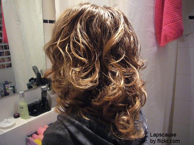 Как только волосы просохли, можно снимать папильотки