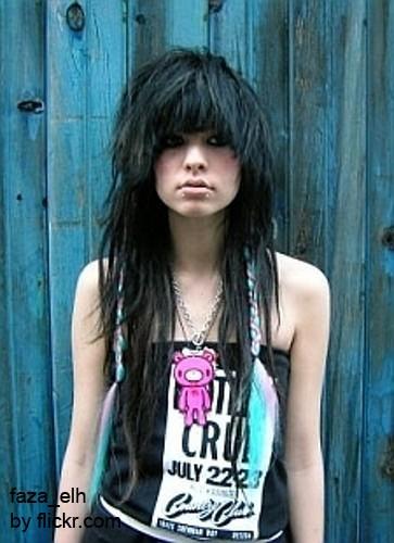 Волосам можно придать более дерзкий вид, делая объём, с помощью фена и укладочного средства