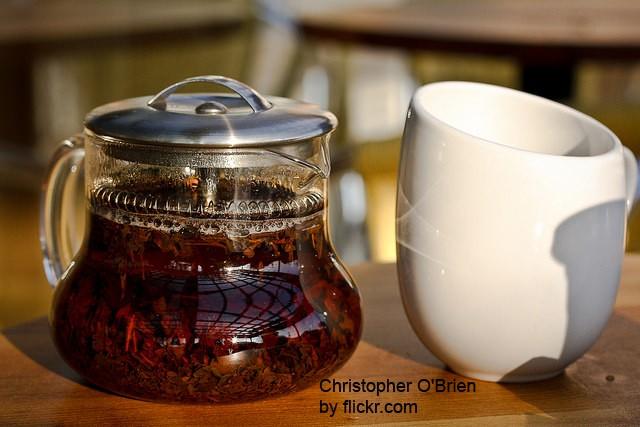 Необходимо взять несколько ложек чёрного чая и залить их 500 мл горячего кипятка.