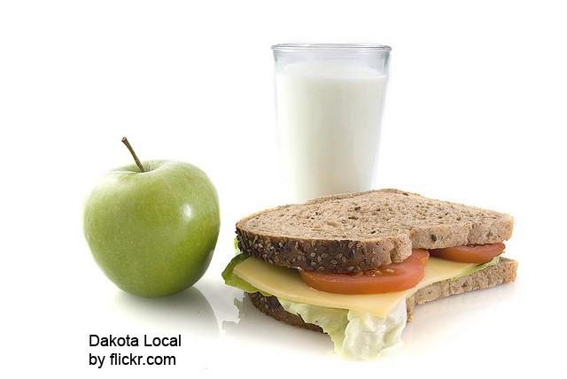 Чтобы вылечить перхоть стоит придерживаться специальной диеты
