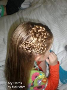 Распущенные волосы можно украсить оригинальными плетениями