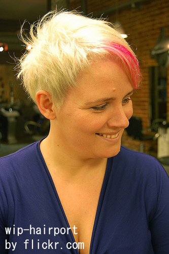 Лучше красить волосы светлыми прядями, освежая свой цвет.