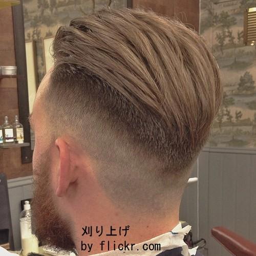 Короткие волосы дополняются удлиненной челкой и фиксируются специальными средствами.