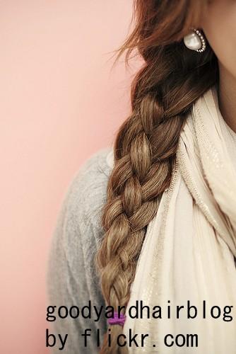Чтобы украсить или косу можно вплести ленты, цветы или бусины.