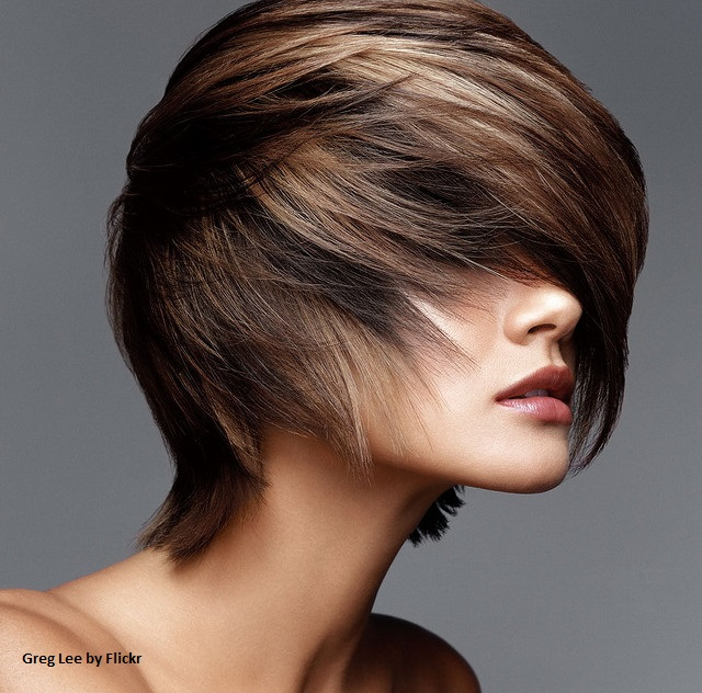 Короткие волосы тоже поддаются завивке утюжком, нужно только следовать правилам