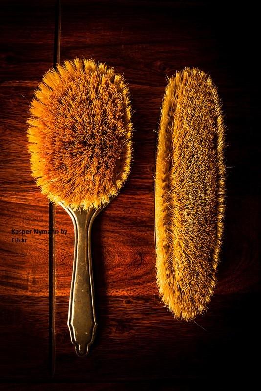 Расческу их натуральной щетины можно вымыть зубной щеткой