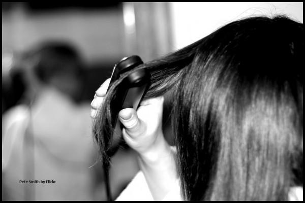 Чтобы не навредить волосам, выпрямлять их нужно только в сухом виде
