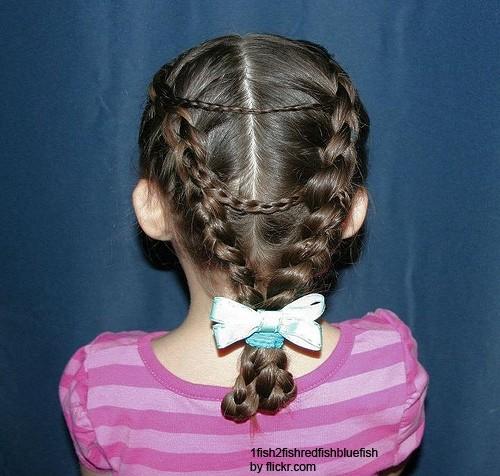 соединение больших кос маленькими придаст прическе грациозности