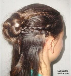 пучок из косы с вплетенными более мелкими косичками