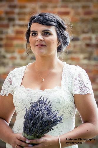 Ассиметрия, локоны и небольшая небрежность в свадебной прическе создадут легкий образ