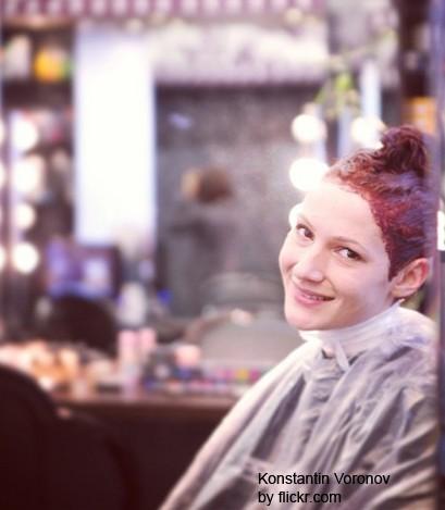 Для грамотного окрашивания нужно определить процент седины и жесткость волос
