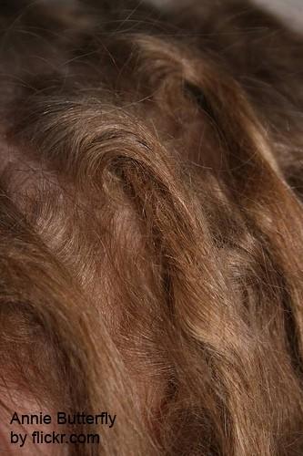 Каждую прядь обильно начёсывайте против стороны роста волос