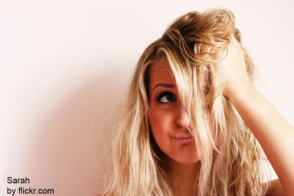 Чрезмерное выпадение волос требует консультации со специалистом