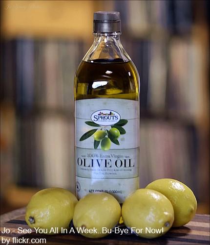 Маска из лимонного сока и оливкового масла эффективна от перхоти
