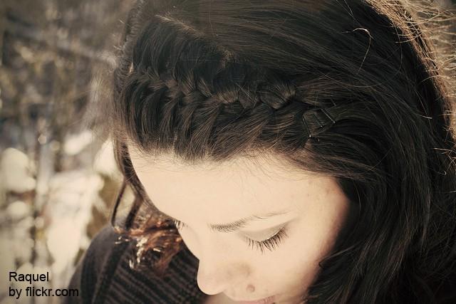 Вариантом «дракончика» является плетение от одного уха к другому.