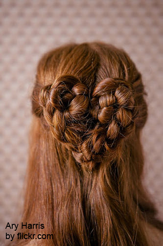Распущенные волосы можно сочетать с оригинальными косами