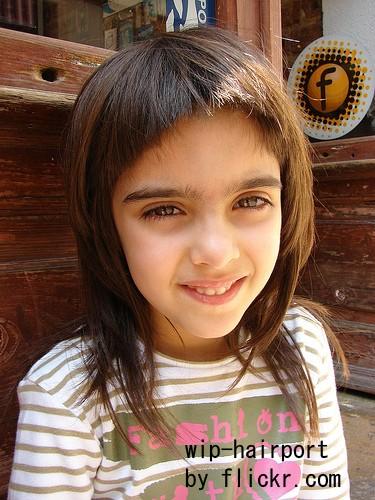 Волосы разной длины на юной головке смотрятся не слишком вызывающе, но игриво