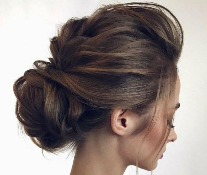 Объемный пучок на средние волосы